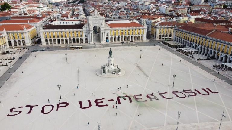 """""""Chamas simbólicas"""" durante protesto na Praça do Comércio"""